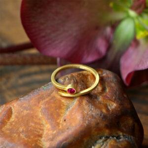 טבעת ספירלה בשיבוץ טופז ורוד
